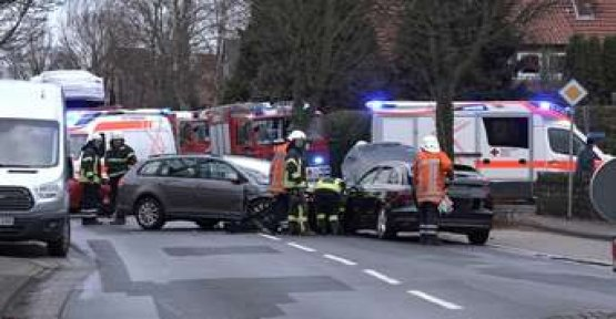 Nissan driver VW Golf overlooks - then it comes to the catastrophe in the oncoming traffic