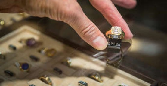 Woman buys a Ring at a flea market - 33 years later, a jeweler in sight will almost pass out