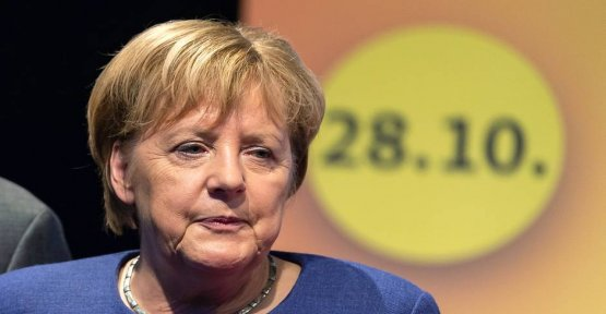 What to say to Angela Merkel? Awkward sentence provides for speculation