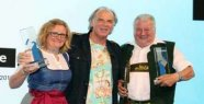 Bärbel Aigner and Julius Zinke receive a prize from the Bavarian state Ministry of