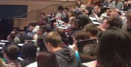 Lecture hall photo goes around the world: Hardly anyone looks bizarre Detail: Now I can't stop laughing