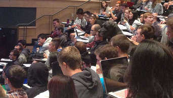 Lecture hall-photo with delicious Detail - hardly anyone sees it now: Now I can't stop laughing